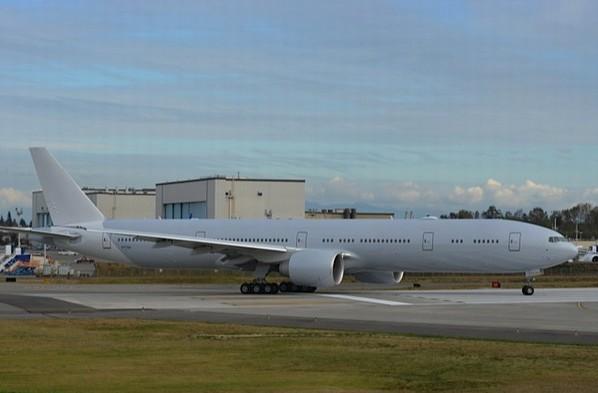 图3:美航首架波音777-300er飞机的灰色机身白色机尾